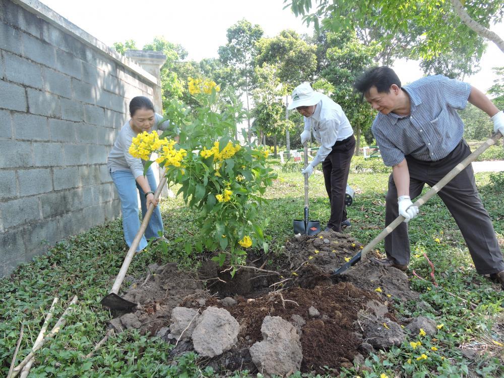 Khối thi đua 46 Ban Quản lý Khu Nông nghiệp công nghệ cao hưởng ứng ra quân tổng vệ sinh môi trường và phát triển mảng xanh trên toàn địa bàn Thành phố năm 2020