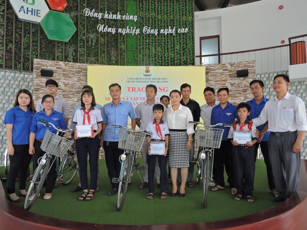 Công Đoàn CSTV Trung tâm Khai thác Hạ tầng tổ chức sinh hoạt Công đoàn Quý II và tặng quà cho học sinh nghèo hiếu học Trường Trung học cơ sở Phạm Văn Cội